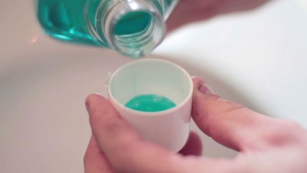 Води за уста и 1% разтвор за изплакване на носа с бебешки шампоан инактивират HCoV 99,9%